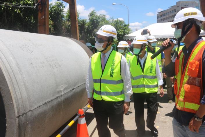 媒-4 徐部長與縣長於工地視察地下排水管品質 IMG_3748.JPG