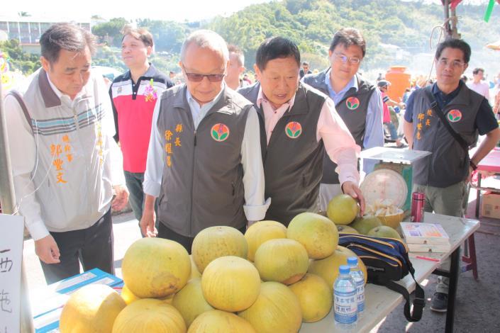 縣長參觀展售的農特產品MG_3178.JPG
