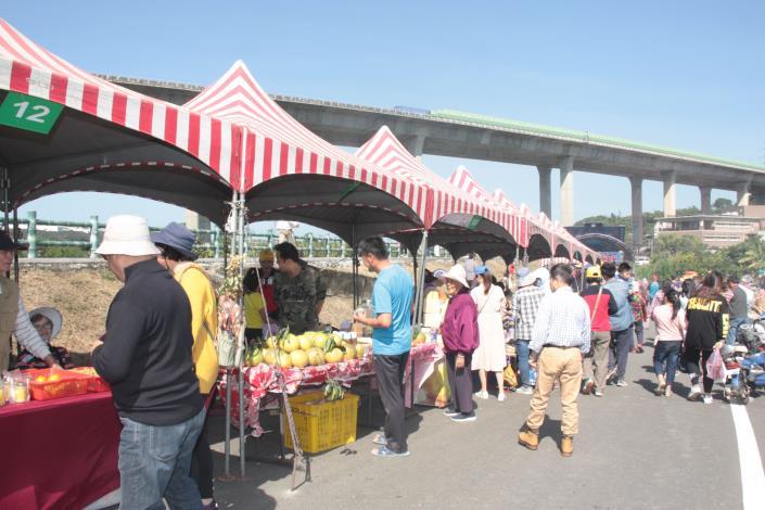 農特產品展售攤位吸引遊客採購IMG_3166.JPG