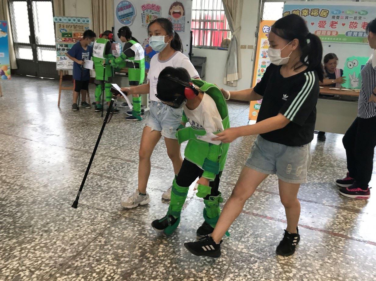 新隆國小同學練習協助行動不便的老人家