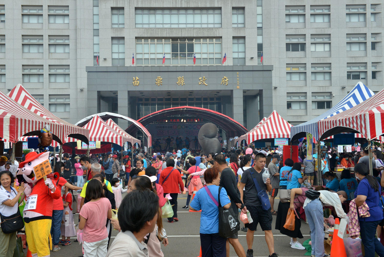 縣府4-園遊會攤位吸引上千位民眾參加.JPG