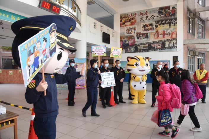 22D縣府-縣長開學日與吉祥物迎學生DSC_8026.JPG
