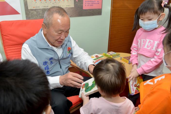 縣府3-縣長送童書給寄養家庭小朋友.JPG