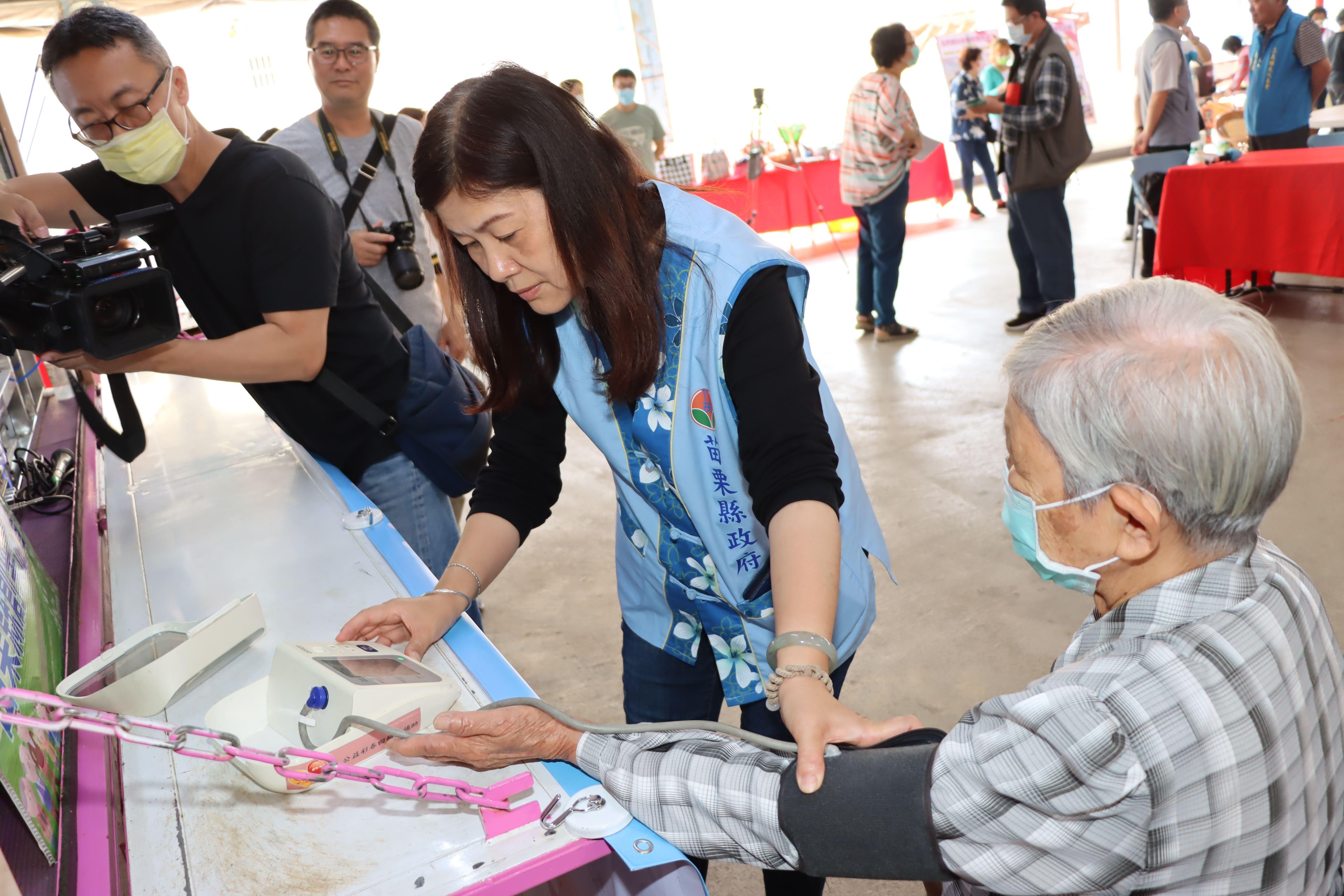 4縣府-巡廻專車提供長輩量血壓服務IMG_7976.JPG