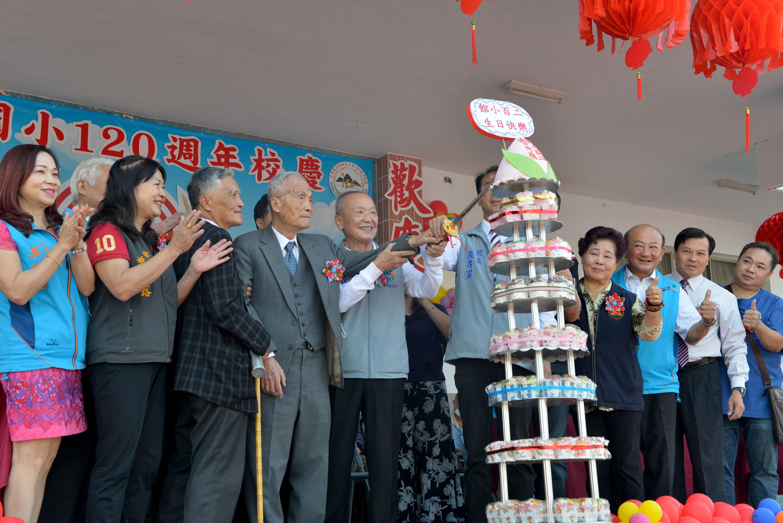縣府1-縣長和全體來賓一起切蛋糕慶祝公館國小120年校慶.JPG