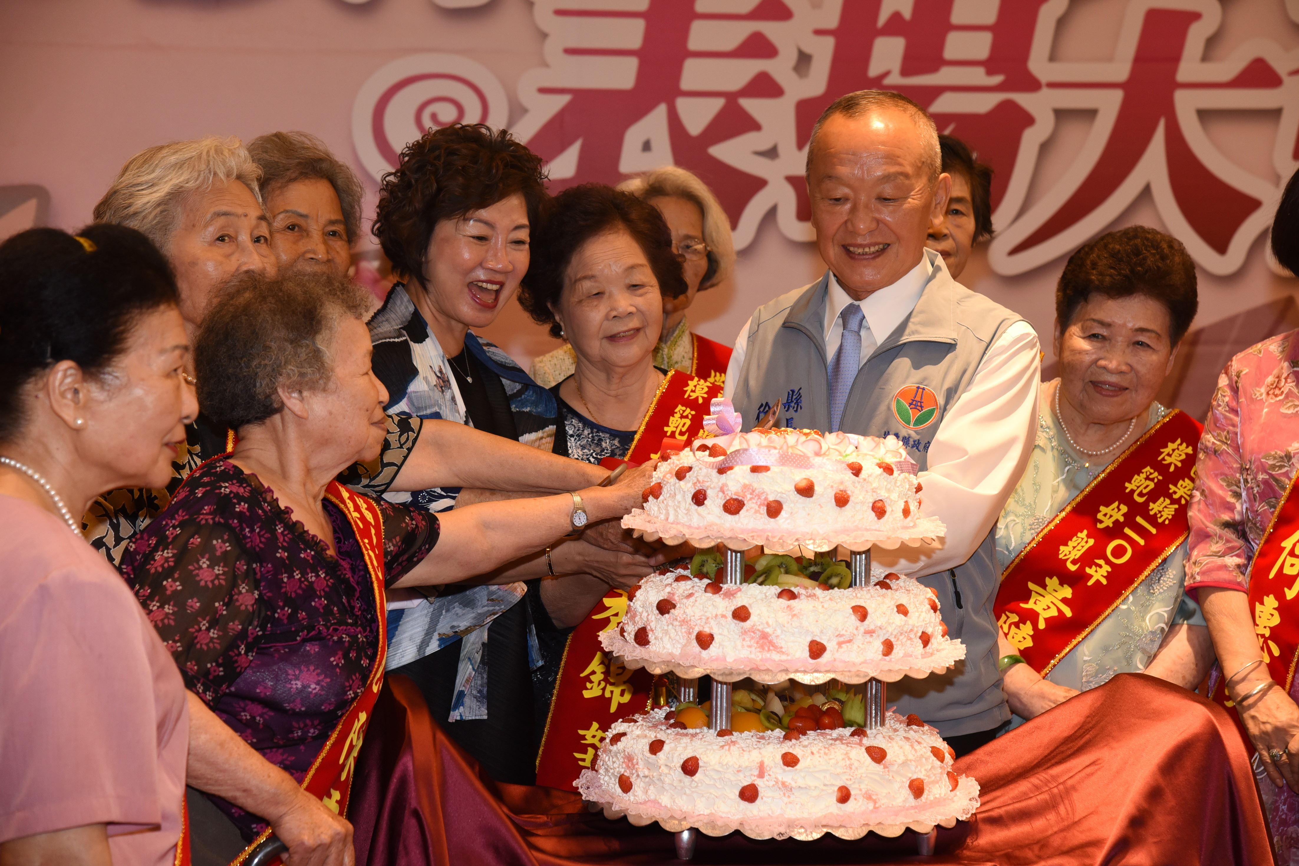 05A縣府-縣長伉儷一起切蛋糕賀節DSC_3687.JPG