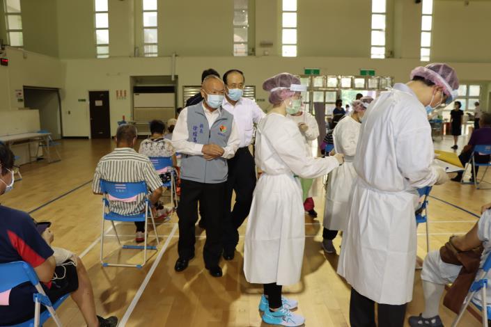 5縣長關心疫苗接種站施打情形IMG_1860.JPG