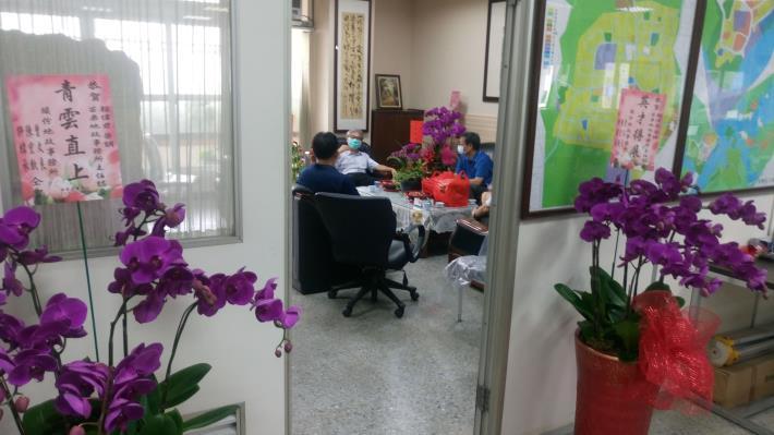 主任辦公室已堆滿各方祝福.JPG
