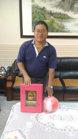 感謝本所同仁林瑞泰多年來盡心盡力付出,與獎牌合照