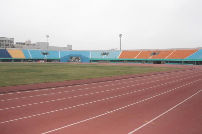 進行整建的縣立體育場跑道