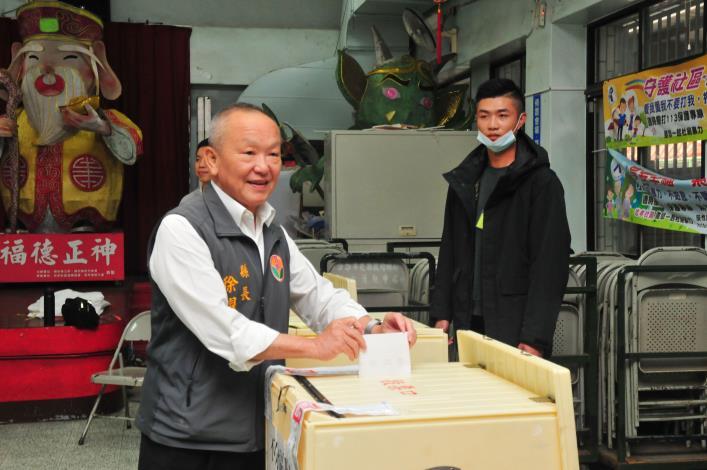 109年總統立委大選 縣長徐耀昌偕同夫人投票(共4張)