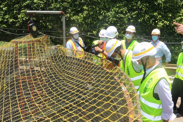 媒-5 徐縣長和部長現場視察地下推進工法17公尺深洞 IMG_3766.JPG