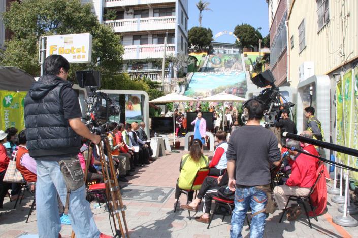 客家電視在三義建中國小彩繪階梯前錄影村民大會節目