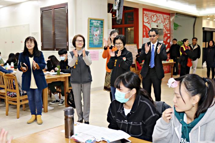 大學學測登場 副縣長鄧桂菊為學子打氣