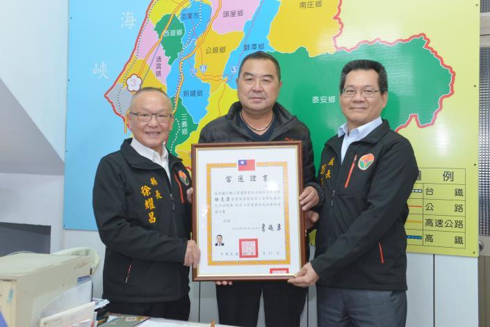 縣長徐耀昌頒發當選證書給連任的立委徐志榮