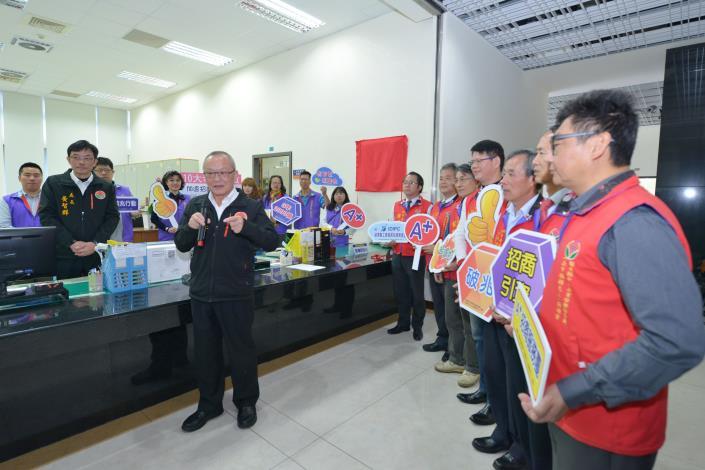 縣長徐耀昌率縣府團隊與企業龍頭和志工為全栗招商服務站揭牌