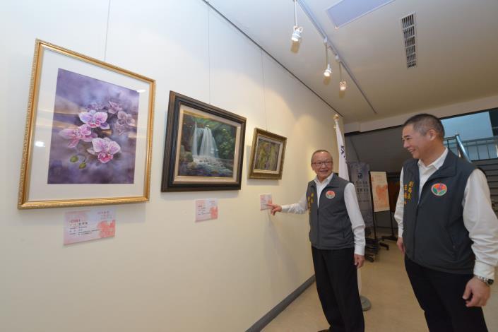 縣長徐耀昌參觀為公益活動推出的藝術創作特展