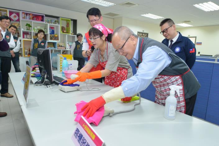 縣立徐耀昌以機能布料示範清潔消毒標準動作