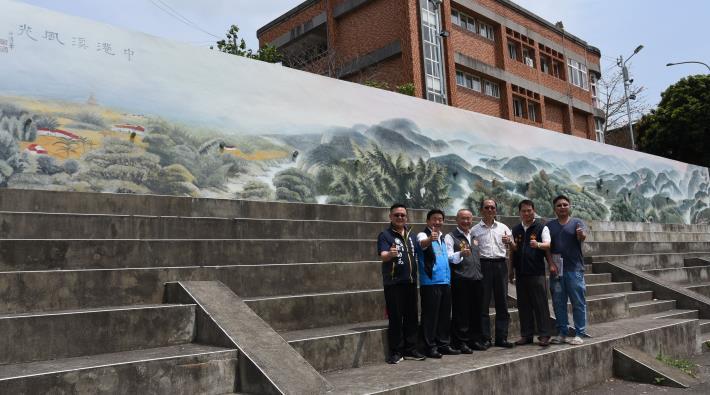 縣長徐耀昌參觀沙清華的中港溪風光水墨彩繪牆面