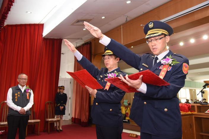 警局竹南及大湖分局長楊贊鈞(右)與何孟宗宣誓就職