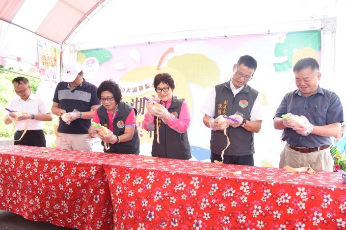 副縣長鄧桂菊與來賓以削水梨比賽為尊梨季活動暖身