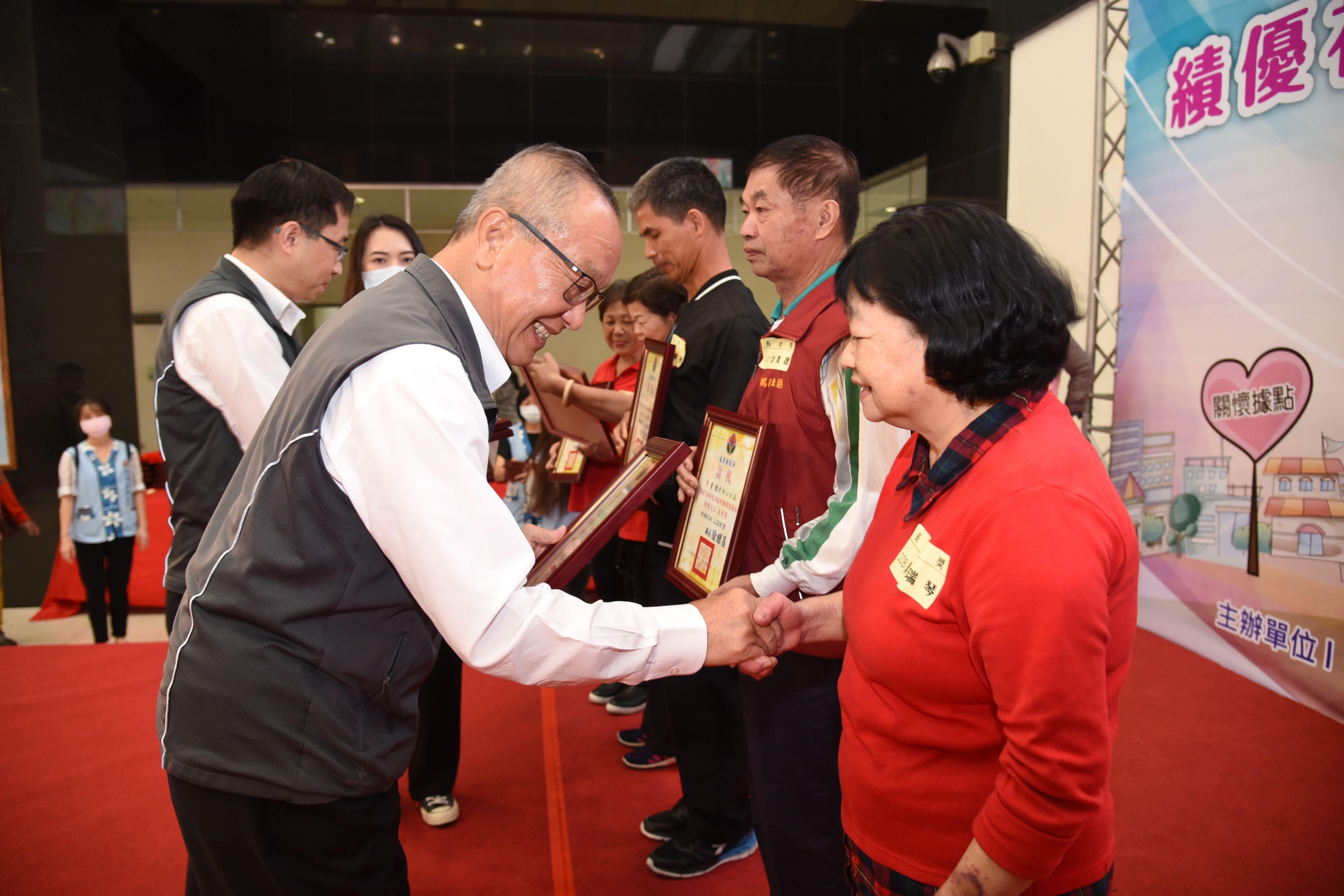 縣長徐耀昌頒獎表揚關懷據點熱心績優志工