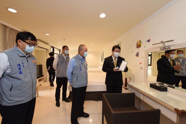 縣長參觀環保標章旅館房間設施與營運