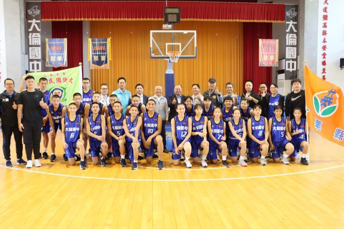 縣長為晉級JHBL8強決賽的國中籃球隊打氣加油
