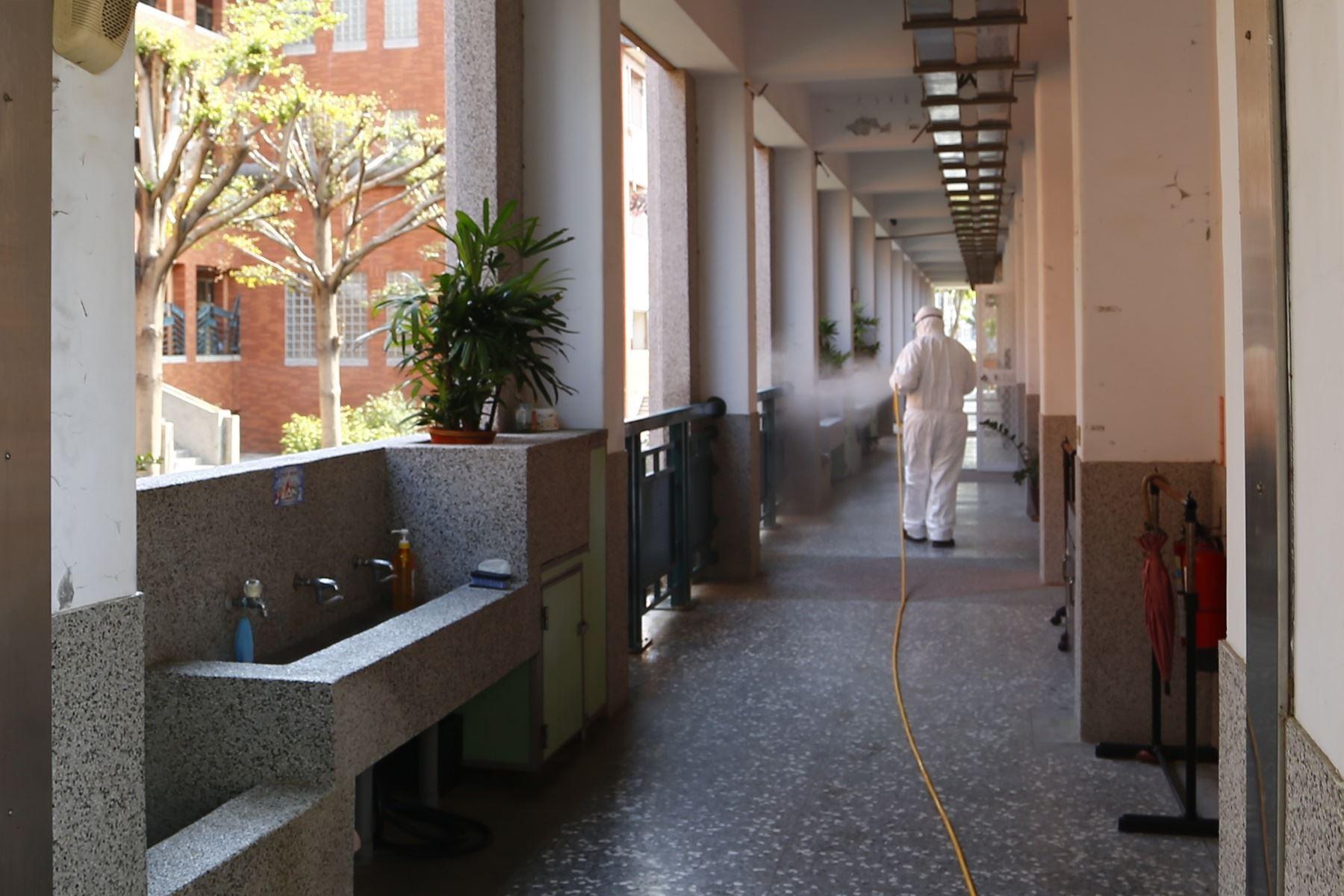 開學在即,清潔隊人員協助苗栗市校園消毒工作!