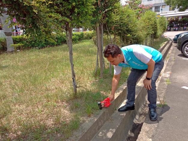 IMG_20200707_111619_0 邱市長手執鐵錘敲擊地階象徵開工