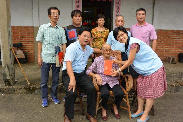 103年探訪三義鄉百歲人瑞並致贈慰問金