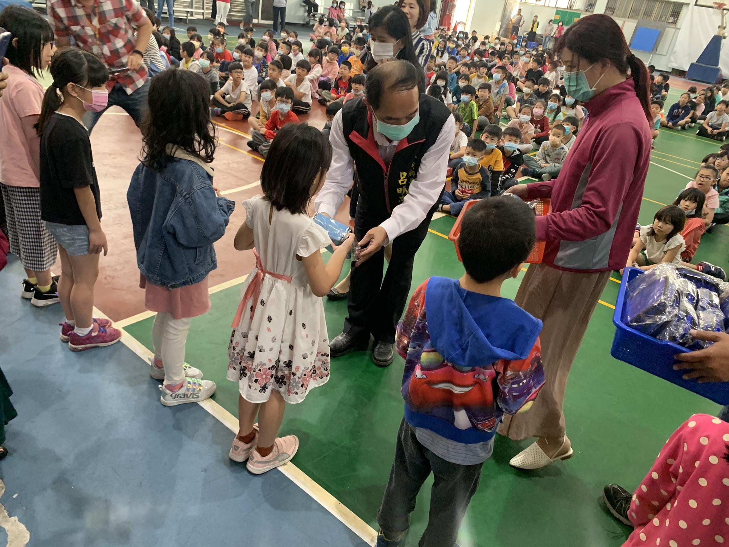 三義鄉發送兒童節禮物 喜迎兒童節連假 歡慶兒童節