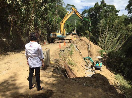 鄉長劉美蘭視察梅興道路施工、請路過鄉親請注意安全